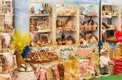 Soporte de la demostración con los productos de la panadería Foto de archivo libre de regalías