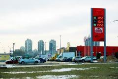 Soporte de la estación del combustible de Stateta en la ciudad de Vilna Imagenes de archivo