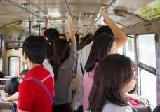 Soporte de la gente en un autobús apretado Imágenes de archivo libres de regalías