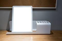 Soporte de la libreta del metal blanco y tenedor de los efectos de escritorio en de madera brillante Fotografía de archivo libre de regalías