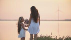 Soporte de la mamá y de la hija en la costa almacen de video