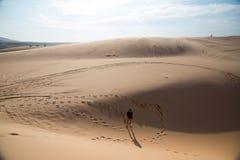Soporte de la muchacha de Shilluate en desierto Fotografía de archivo