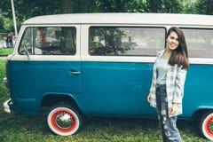 Soporte de la mujer cerca del minivan en tiempo de la lluvia Fotografía de archivo libre de regalías