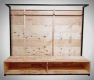 Soporte de la televisión con la contraportada del tablón de madera y marco de acero en superior aislado en Gray Background fotos de archivo libres de regalías