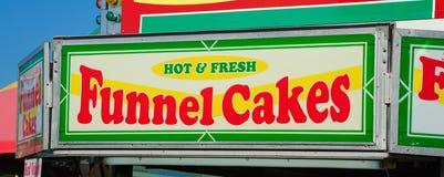 Soporte de la torta del embudo en la feria fotos de archivo