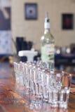 Soporte de las copas de vino en una fila Imagen de archivo libre de regalías