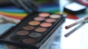 Soporte de las herramientas del maquillaje en la tabla Dispositivos cosméticos profesionales Cepillo y cosmético y otras herramie Fotos de archivo libres de regalías