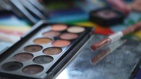 Soporte de las herramientas del maquillaje en la tabla Dispositivos cosméticos profesionales Cepillo y cosmético y otras herramie Imagen de archivo