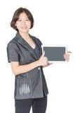 Soporte de las mujeres con usar el teléfono móvil Imagen de archivo libre de regalías