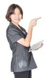 Soporte de las mujeres con usar el teléfono móvil Fotos de archivo libres de regalías
