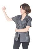 Soporte de las mujeres con usar el teléfono móvil Foto de archivo