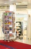 Soporte de las revistas y de los diarios Foto de archivo libre de regalías
