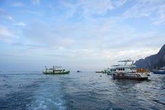 Soporte de los barcos turísticos en el mar Fotos de archivo libres de regalías
