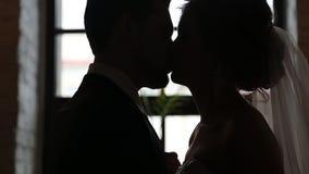 Soporte de los recienes casados al lado de la ventana metrajes