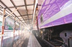 Soporte de los trenes en la estación Fotos de archivo libres de regalías