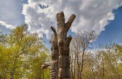 Soporte de madera de dos ídolos en la madera Fotos de archivo