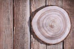 Soporte de madera en fondo de madera imagenes de archivo