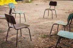 Soporte de muchas sillas en un círculo Imágenes de archivo libres de regalías