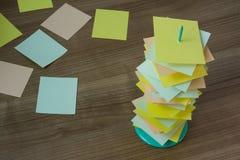 Soporte de papel del tenedor en la tabla de madera con la tarjeta colorida Imagen de archivo