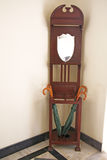 Soporte de paraguas de la teca y herencia de madera de la era del Victorian del espejo Foto de archivo libre de regalías