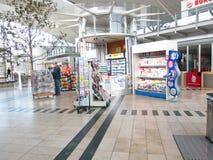 Soporte de periódico en el recinto de las compras. Fotos de archivo libres de regalías
