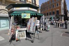 Soporte de periódico en Italia Fotografía de archivo libre de regalías