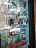 Soporte de periódico en Italia Imagenes de archivo