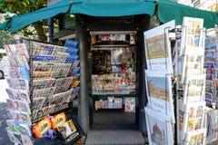 Soporte de periódico en Roma Fotos de archivo