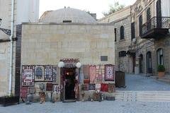 Soporte de recuerdo en la ciudad vieja de Baku Imagen de archivo libre de regalías