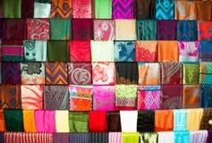 Soporte de seda de la materia textil de diversos colores Foto de archivo libre de regalías