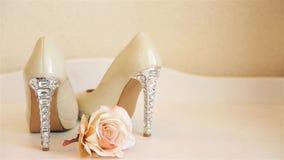 Soporte de tac?n alto beige de los zapatos de la boda en el aparador HD 1080p metrajes