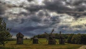 Soporte de varios molinoes de viento en el campo Fotos de archivo libres de regalías