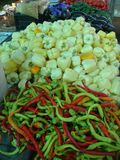 Soporte de verduras coloreadas en un mercado de Rumania imágenes de archivo libres de regalías