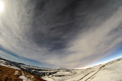 Soporte debajo del cielo estrellado Fotos de archivo libres de regalías