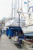 Soporte del barco de motor en una litera Fotos de archivo libres de regalías