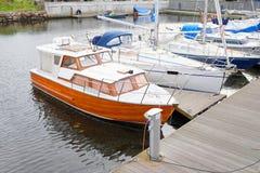 Soporte del barco de motor en una litera Imagenes de archivo