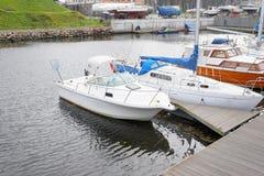 Soporte del barco de motor en una litera Imagen de archivo libre de regalías