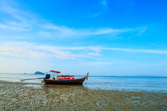 Soporte del barco en la playa durante marea baja con el cielo azul Imagen de archivo libre de regalías
