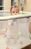 Soporte del bebé en playpen Fotos de archivo libres de regalías