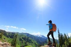 Soporte del caminante en el borde del acantilado en el top de la montaña Fotografía de archivo
