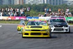Soporte del coche de competición dos en pista Fotos de archivo libres de regalías