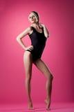 Soporte del estilo del contacto-para arriba del deporte de la mujer de la belleza en color de rosa Fotos de archivo