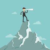 Soporte del hombre de negocios en el top de la montaña usando lo de los prismáticos Imagen de archivo libre de regalías