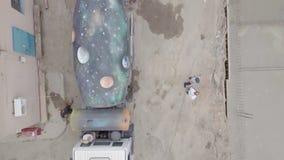 Soporte del mezclador concreto en el lugar del edificio almacen de video