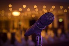 Soporte del micrófono inalámbrico en el lugar de la etapa Imagen de archivo libre de regalías