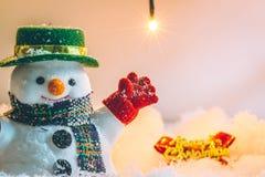 Soporte del muñeco de nieve en la pila de nieve Imagen de archivo