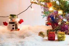 Soporte del muñeco de nieve en la pila de nieve Fotografía de archivo