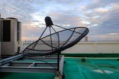 Soporte del receptor de la antena parabólica en el tejado del edificio Fotografía de archivo