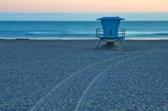 Soporte del salvavidas en la playa en la puesta del sol en California Fotografía de archivo libre de regalías
