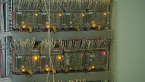 Soporte del servidor del ordenador en el estante en sitio del centro de datos con la alarma anaranjada roja de la iluminación almacen de metraje de vídeo